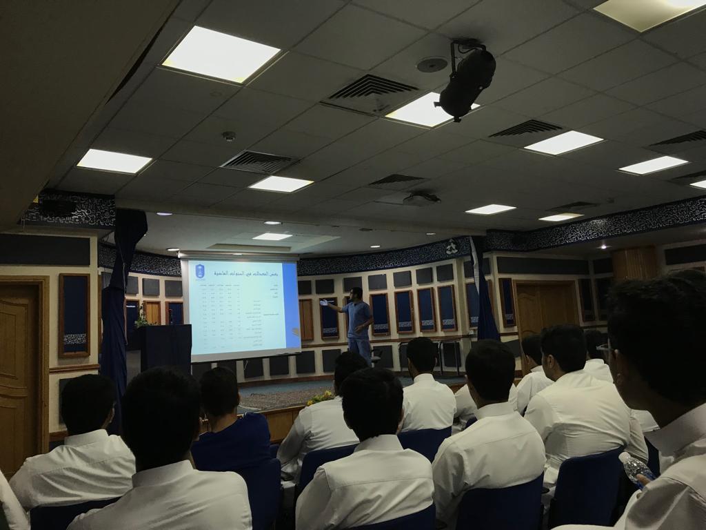 طب الأسنان بجامعة الملك سعود يلقي محاضرة لطلاب ثانوية الرواد