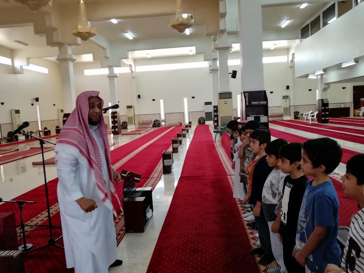 براعم الأولية يؤدون صلاة الضحى بمسجد الحي