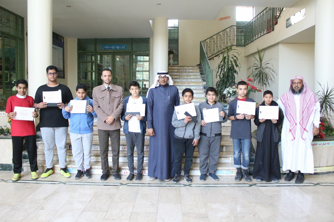 متوسطة رواد الازدهار تكريم الطلاب المثاليين للصف الأول