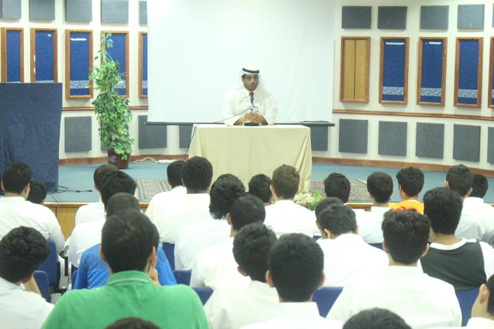 لقاء تعريفي بين قائد المرحلة وطلاب صف أول ثانوي